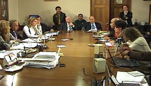 Ministro de Medio Ambiente asiste a comisión de diputados y respalda a cuestionado superintendente