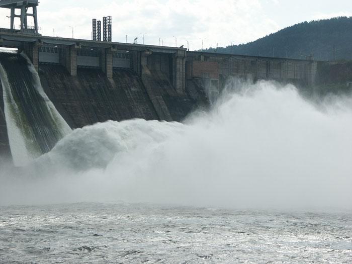 Ministro afirmó que no existen trabas técnicas para construir centrales en el río Achibueno