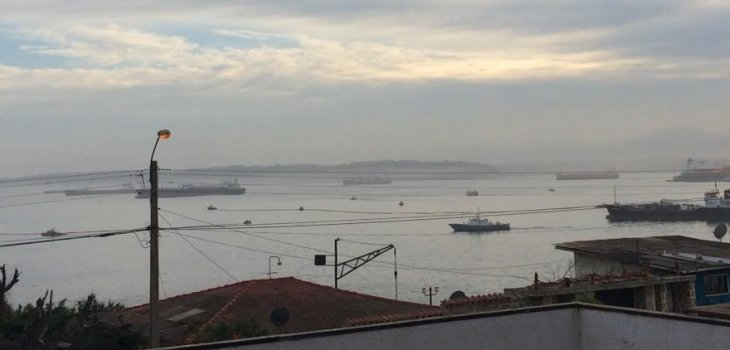 Buque petrolero derrama parte de su carga en la bahía de Quintero