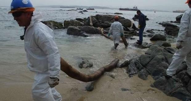 """Ministro de Medioambiente reconoce """"graves daños"""" por derrame de petróleo en Quintero"""