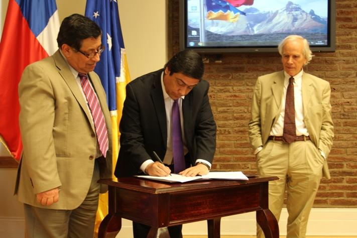 Ministro Víctor Osorio firma contrato para creación de Parque Nacional Yendegaia