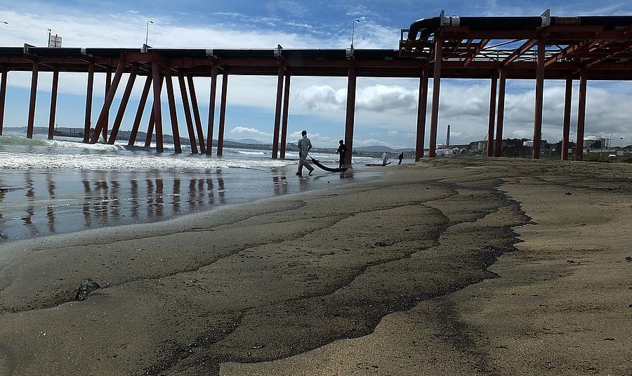 Rechazan sobreseimiento a los 2 imputados por derrame de petróleo en Quintero