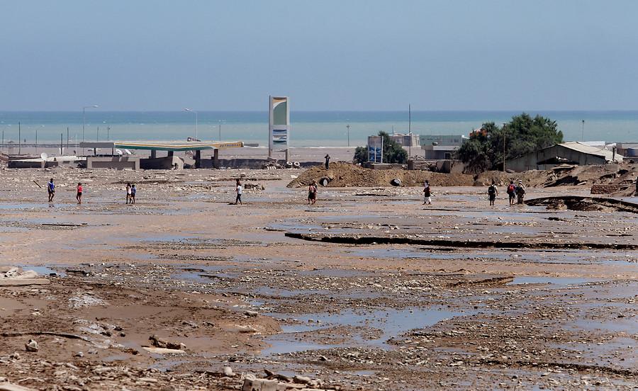 Alertan sobre riesgo de emanación de gases en el barro del aluvión de Atacama