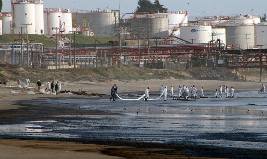 Barco recién certificado vierte 500 litros de petróleo en Quintero