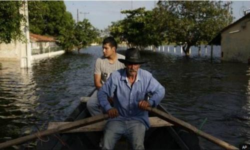 Crecida de ríos se estabiliza en noreste argentino y deja 20.000 evacuados