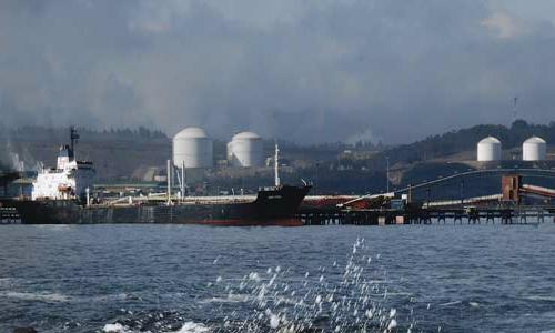 Colbún y AES Gener firman contratos por GNL y suman hasta diez buques a terminal de Quintero