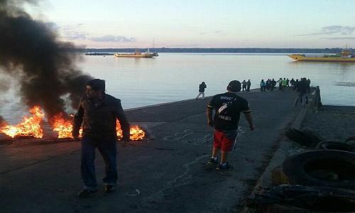 """Pescadores de Chiloé: """"La marea roja apareció luego que se vertieron 5 mil toneladas de desechos salmoneros al mar"""""""