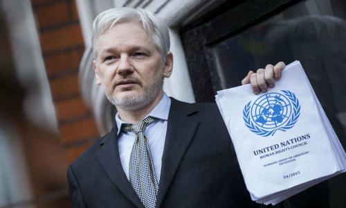 Julian Assange entre panelistas de seminario internacional sobre comunicación