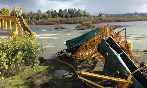 Tren de carga cae al río Toltén por presunta fatiga de materiales del puente Pitrufquén