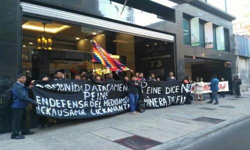 Comunidad de Peine protesta afuera del Ministerio del Medio Ambiente por proyecto minero