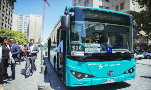 Los dos primeros buses 100% eléctricos de la historia del transporte público en Santiago comenzaron su operación