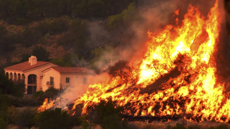 Emiten órdenes de evacuación por gran incendio forestal en California