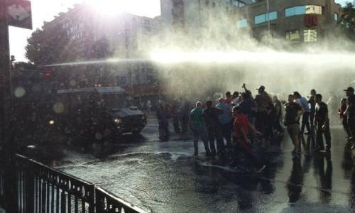 Reprimen marcha en defensa del litio en pleno centro de Santiago