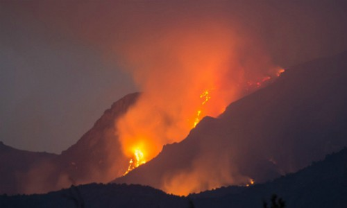 Onemi declara alerta roja incendio en sector Los Arenales que amenaza Reserva Natural Altos de Cantillana
