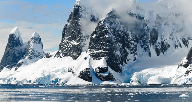 Científicos descubren enormes montañas y volcanes bajo el hielo de la Antártida