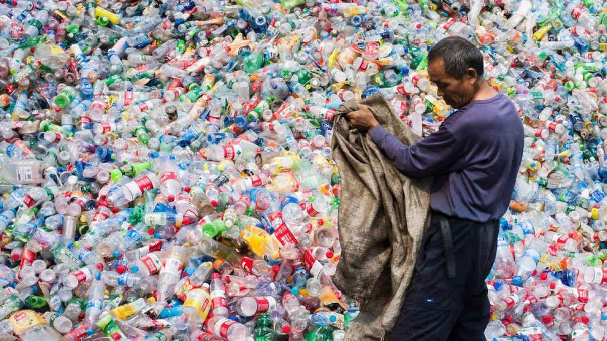 Gobierno estudiará petición para eliminar las botellas plásticas
