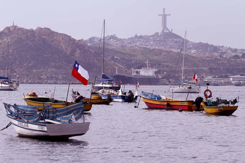 Denuncian que embarcaciones del sur contaminan las aguas de la caleta de Coquimbo
