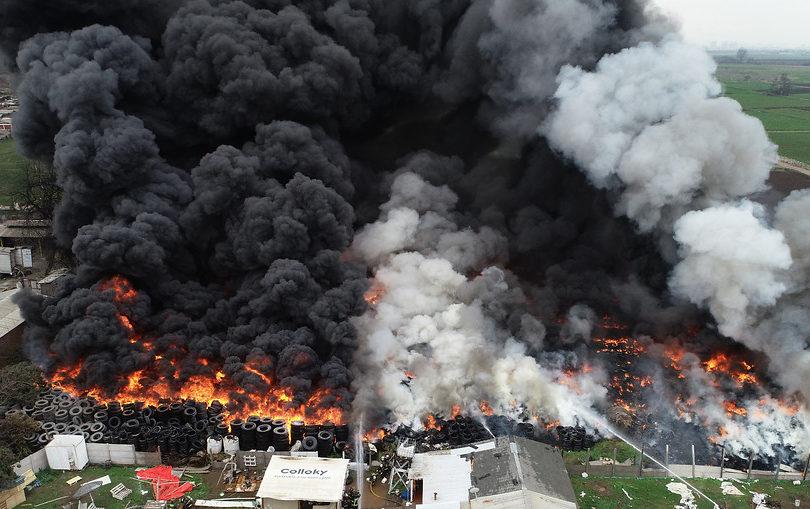 Los efectos de la nube tóxica que deja incendio de neumáticos en Maipú