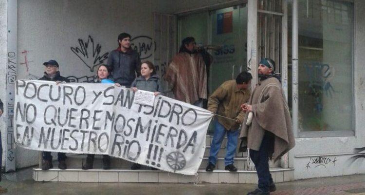 Vecinos del río Trapén protestan por incumplimiento de clausura de ducto que vierte aguas servidas