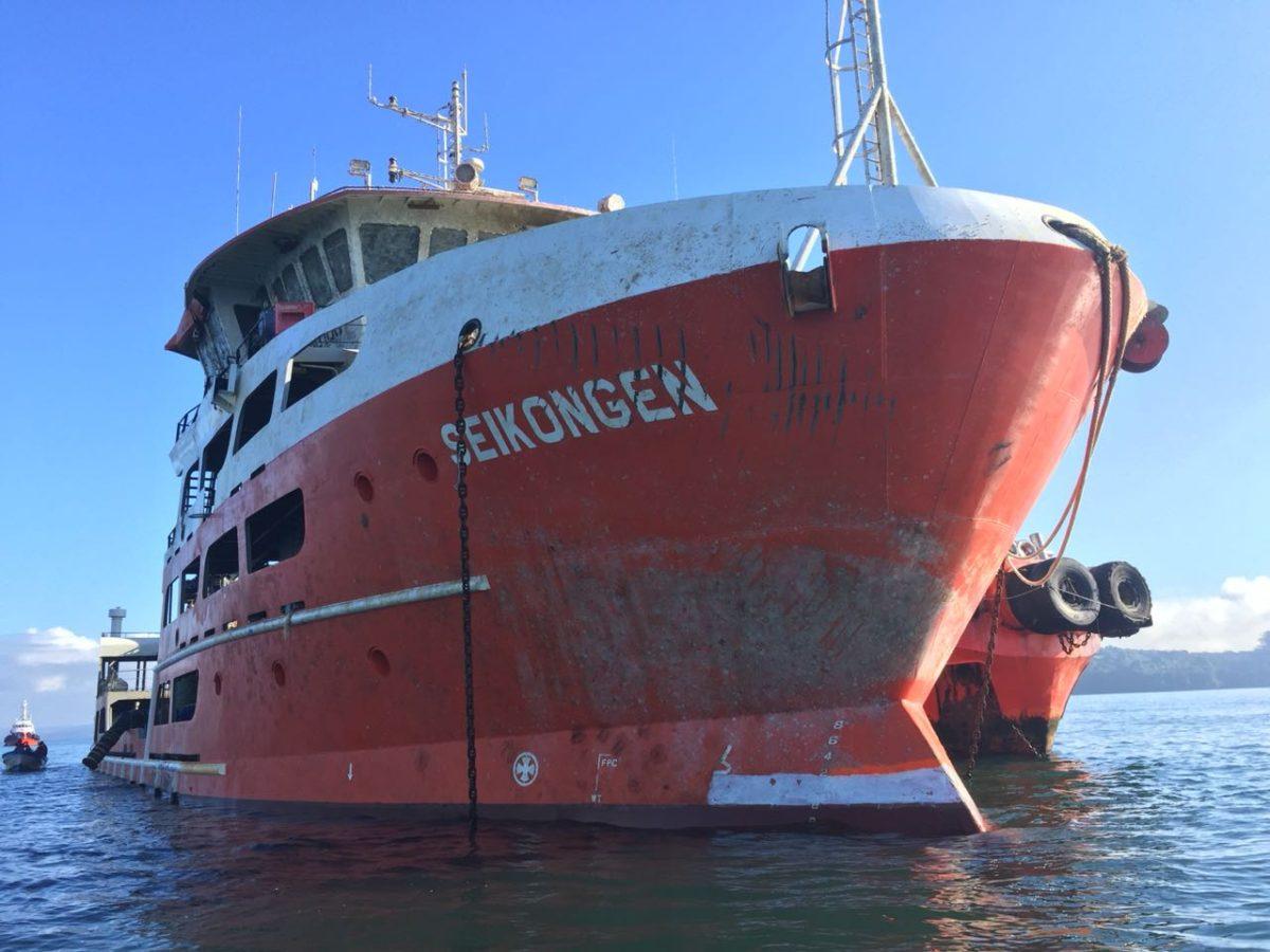 Habitantes de Ancud piden que buque con salmones muertos se retire de la isla