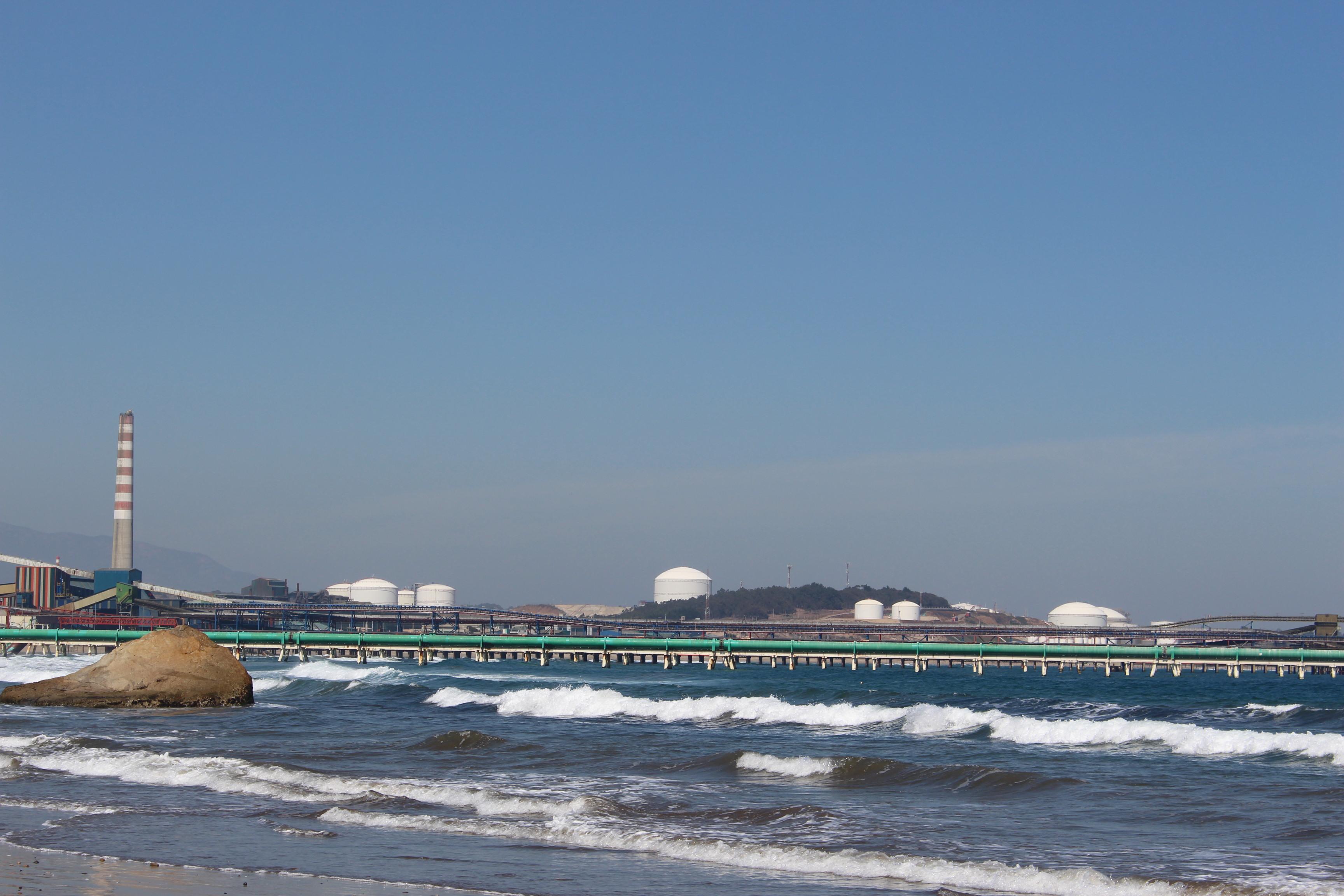 Sinergismo y dióxido de azufre: las tesis que explicarían las intoxicaciones masivas en la Bahía de Quintero