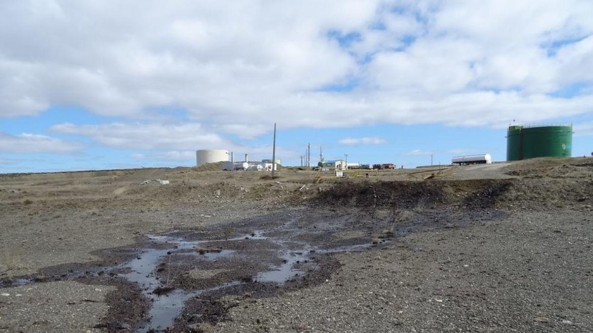 Masivo derrame de petróleo desde planta ENAP afecta a Tierra del Fuego