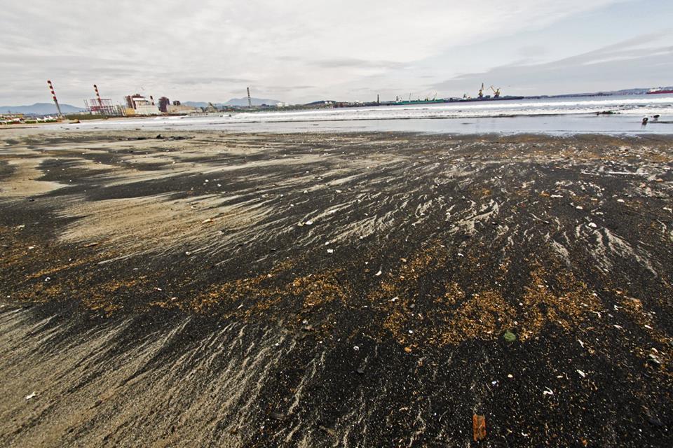 Indagan polución por varamientos de carbón en playa de Ventanas