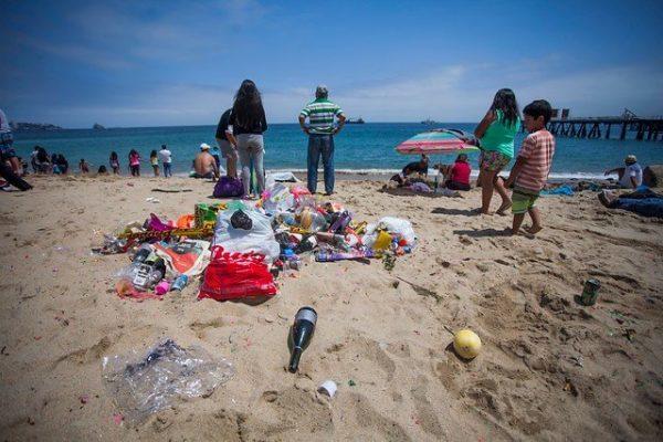 Entra en vigencia la normativa que multará a quienes ensucien playas, ríos y parques