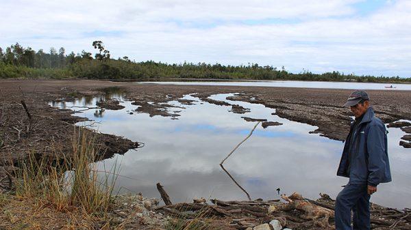 Reducción en un 30% de la superficie de la laguna Huayamó alerta a la comunidad de Peñasmó Fuente: Emol.com - https://www.emol.com/noticias/Nacional/2018/12/25/932034/Medio-Ambiente-presenta-querella-al-CDE-por-disminucion-de-agua-en-Laguna-Huayamo.html