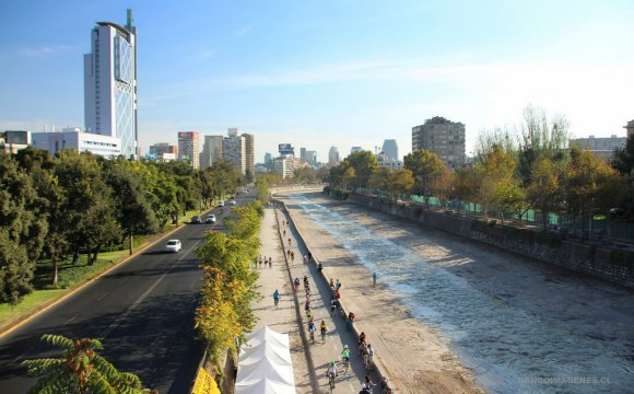 """Contaminación de """"origen indeterminado"""" deja a 40 mil clientes sin agua en Santiago"""