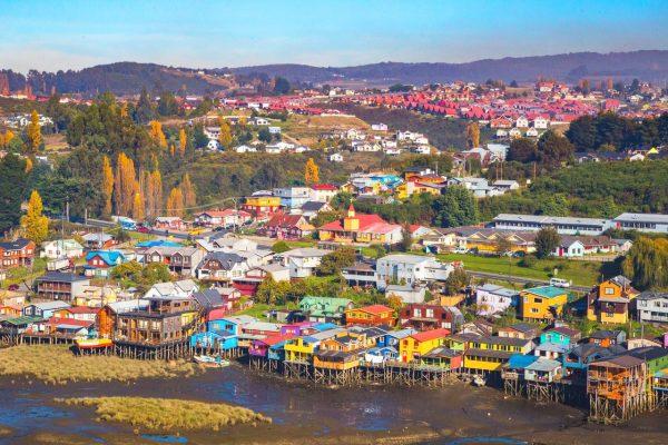 """Evacúan a funcionarios y alumnos del colegio Chiloé en Ancud por olor """"nauseabundo"""" en el ambiente"""