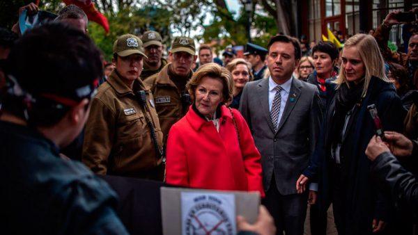 Punta Arenas: reyes de Noruega restan dramatismo a manifestaciones contra salmonicultura